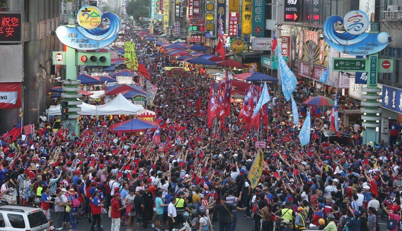 高雄市長韓國瑜今天到六合夜市快閃,韓粉蜂湧而至。記者劉學聖/攝影