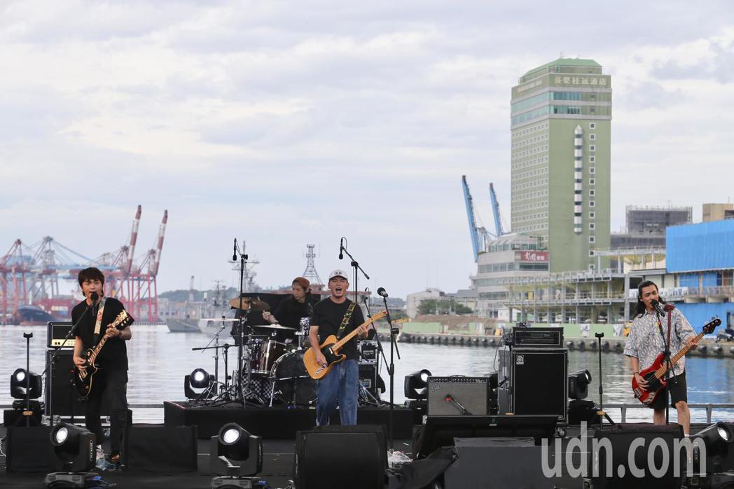 公視台語頻道在基隆舉辦「開港做陣出帆」開台典禮,並在海洋廣場搭建舞台,讓滅火器樂...