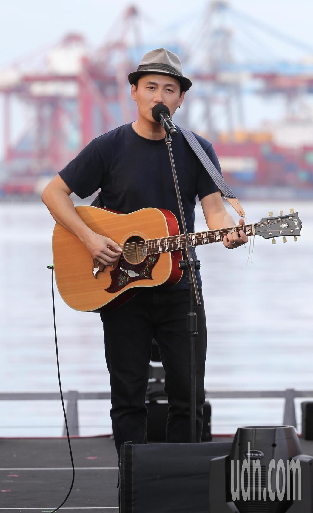 公視台語頻道在基隆舉辦「開港做陣出帆」開台典禮,並在海洋廣場搭建舞台,讓吳志寧(...