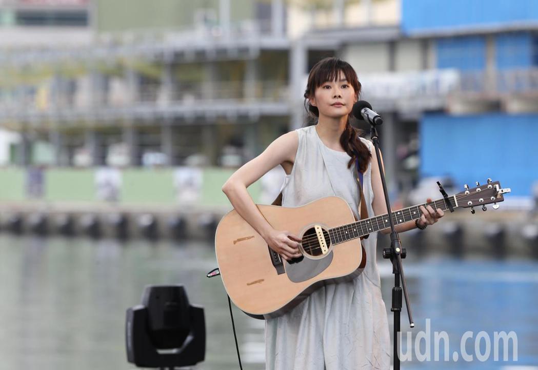 公視台語頻道在基隆舉辦「開港做陣出帆」開台典禮,並在海洋廣場搭建舞台,讓歌手鄭宜...