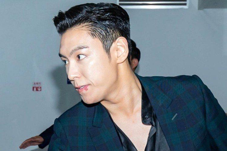韓團BIGBANG成員T.O.P 6日退伍,從服役的龍山工藝館下班,受到上百粉絲迎接。他一一向粉絲握手致意,接過粉絲遞上的毛巾擦汗,從解除勤務的第一刻起就與粉絲零距離互動。T.O.P在當兵期間歷經出...