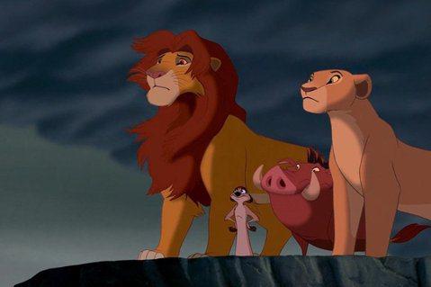 迪士尼經典動畫「獅子王」即將以真實動物、風景的全新版本重現觀眾眼前,已被預期將颳起票房旋風,有望問鼎今夏最賣座影片殊榮。但動畫版與真實版情節可能大有出入,根據英國電檢單位公布的片長,新版「獅子王」1...