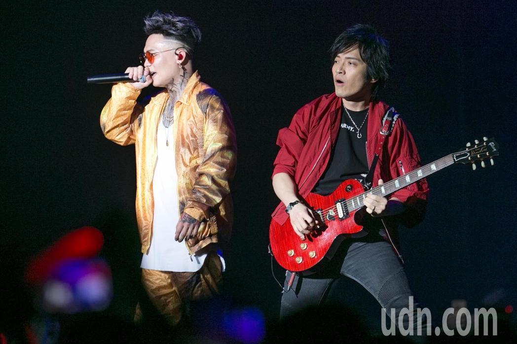 蕭秉治(左)今天在台大體育館舉辦「凡人」演唱會,特別嘉賓怪獸(右)現身表演。記者