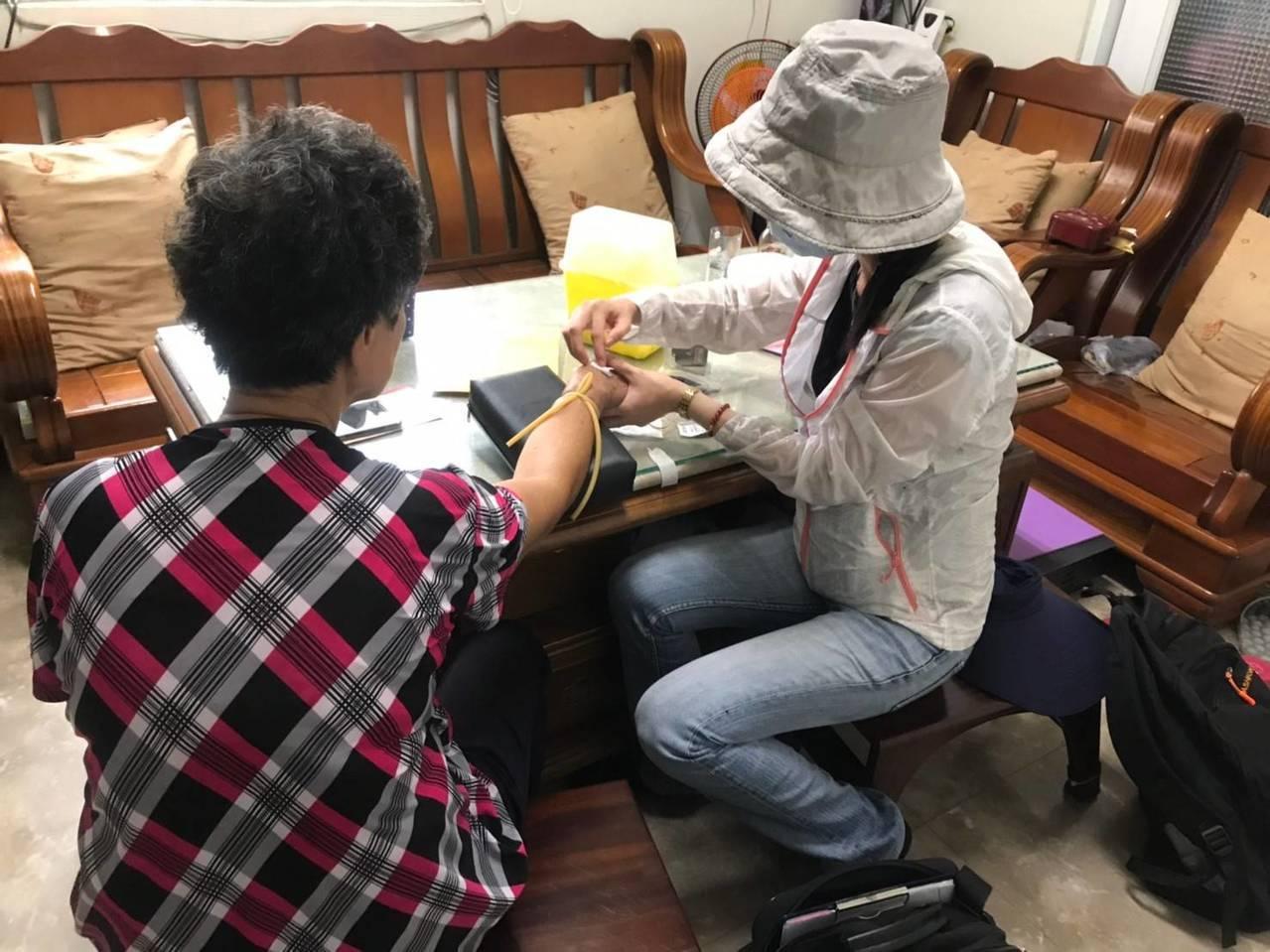 高雄市衛生局進行疫調採血。圖/高雄市衛生局提供