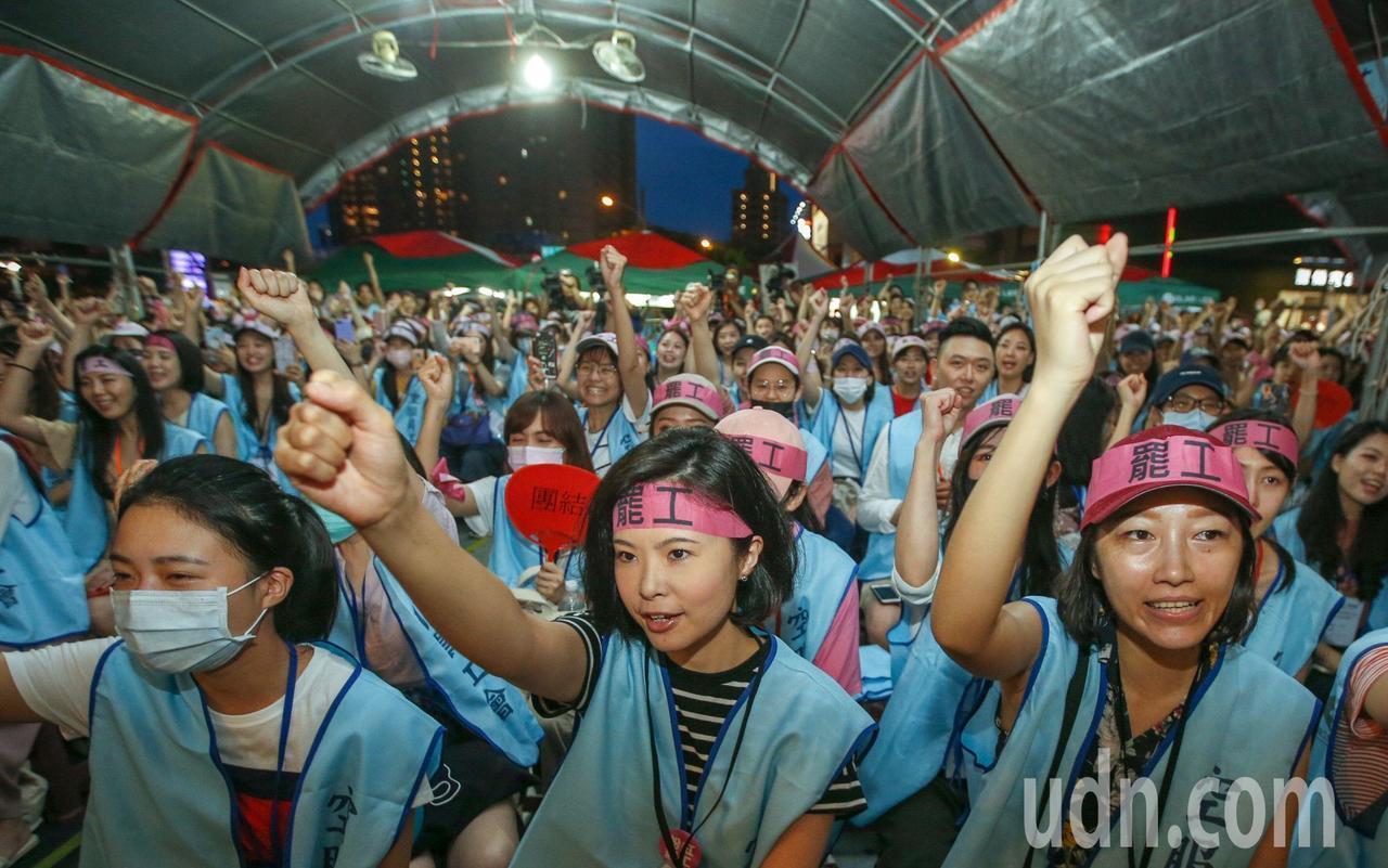 長榮空服員罷工落幕,桃園南崁的罷工棚會員得知消息,爆出歡呼。記者鄭超文/攝影