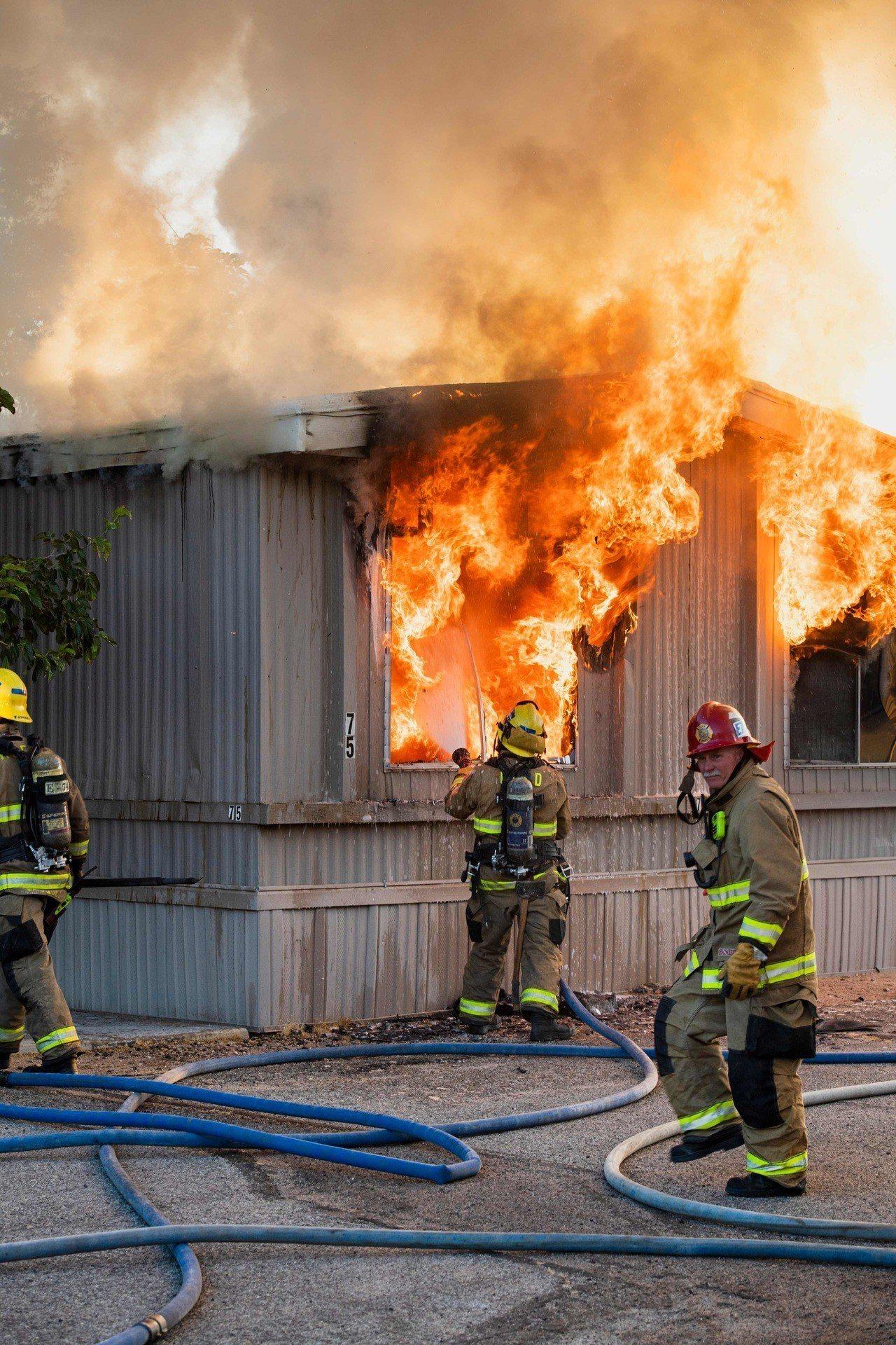 強震造成震央附近民宅發生電氣火災,消防員6日忙著撲滅。(法新社)