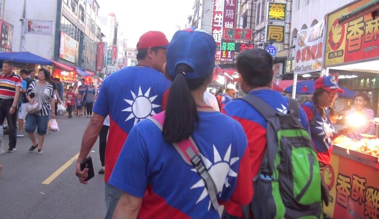 高市六合夜市今天隨處可見響應高雄觀光日、穿著國旗裝的韓粉。記者楊濡嘉/攝影