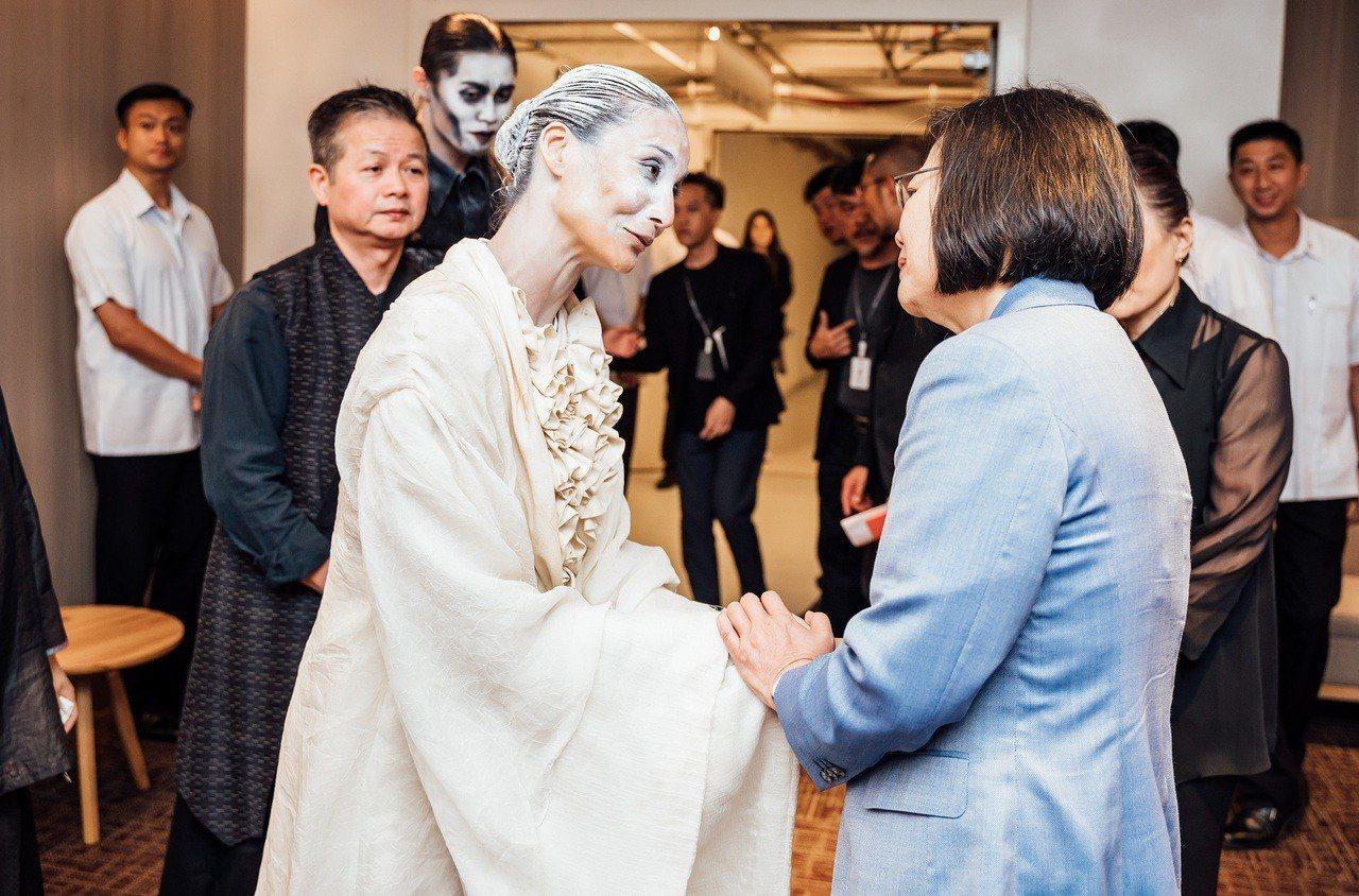 總統蔡英文特別南下觀賞《新娘妝》,到後台與舞者會面鼓勵。圖/衛武營國家藝術文化中...