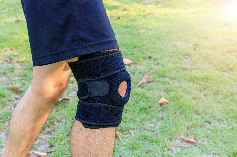 專家提醒,護膝的鬆緊度應以一根手指能放進護具內的程度為佳,另護膝只要在有「負荷性...