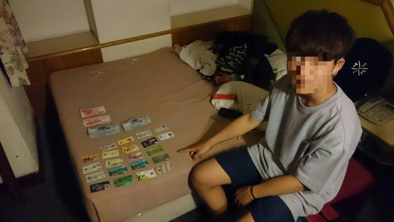 台南市警方破獲少年車手,查扣大量人頭帳戶提款卡。記者黃宣翰/翻攝