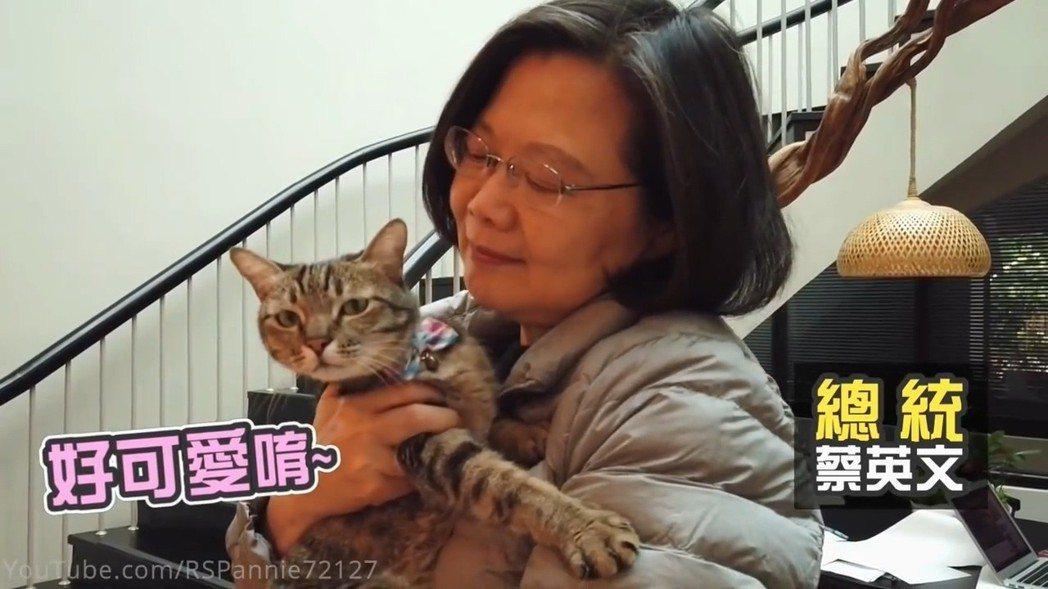 總統蔡英文與網紅合體拍片,家中的愛貓愛犬成為意外焦點。 圖/翻攝自「魚乾」You...