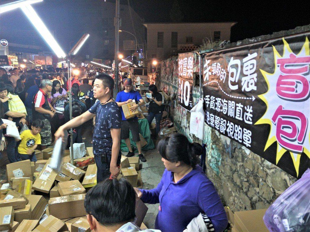「盲包」挖寶樂今年年初在各地夜市興起時,一度引發搶購熱潮,攤位前滿是人潮。記者潘...