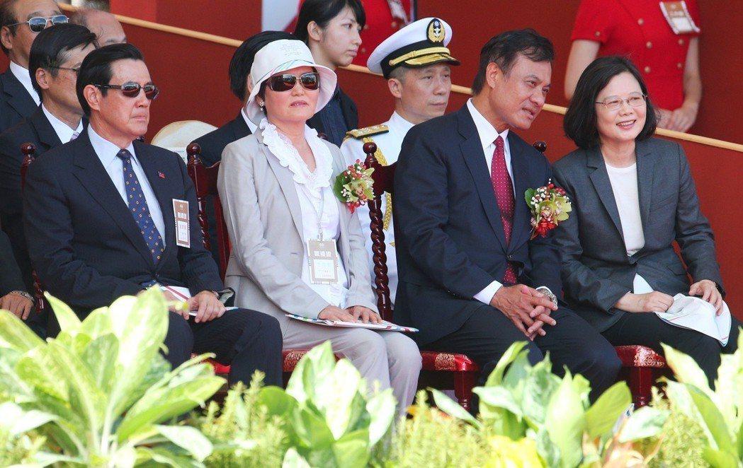 2017年國慶典禮,蔡英文總統(右一)與前總統馬英九(左一)未有互動。 圖/聯合...