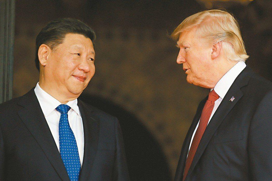 美國總統川普(右)發動美中貿易戰,使台灣意外有機會獲得更勝以往的軍售。 (路...