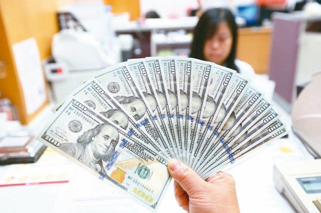 美國聯準會(Fed)降息箭在弦上,多家銀行推出6個月至12個月期不等的美元優利存...