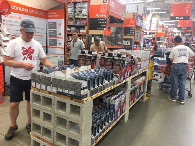 南加州民眾湧入超市採購必需品。記者楊青/攝影