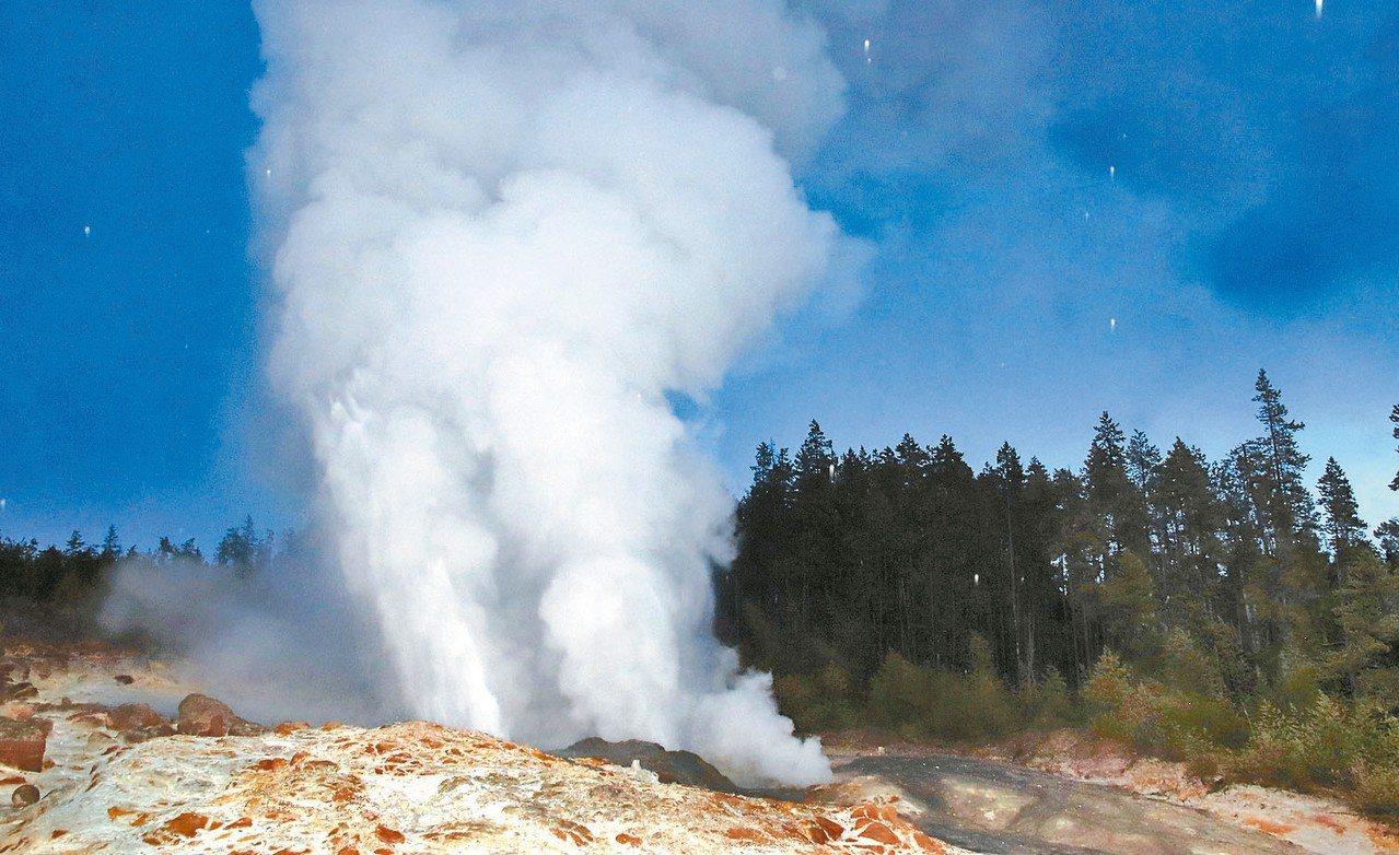 黃石公園的汽船噴泉半年多來已噴發25次。圖為汽船噴泉去年噴發的情景。 美聯社