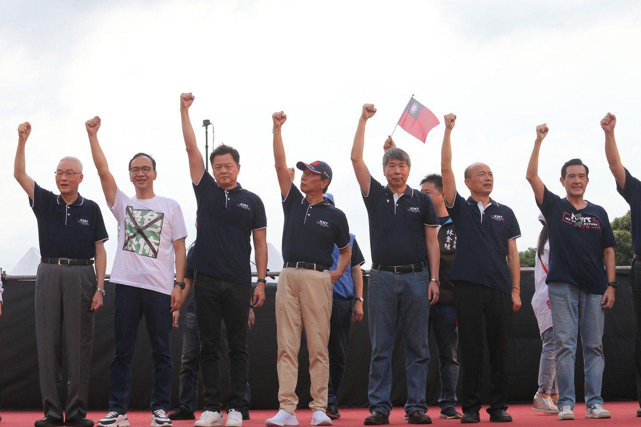 國民黨今天在凱道上舉辦造勢活動,黨主席吳敦義(左起)與朱立倫、周錫瑋、郭台銘、張...