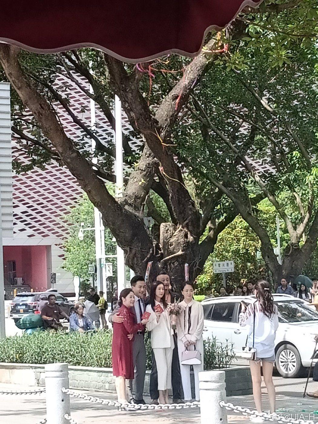 網友目擊到劉愷威與陳都靈領證結婚。 圖/擷自微博