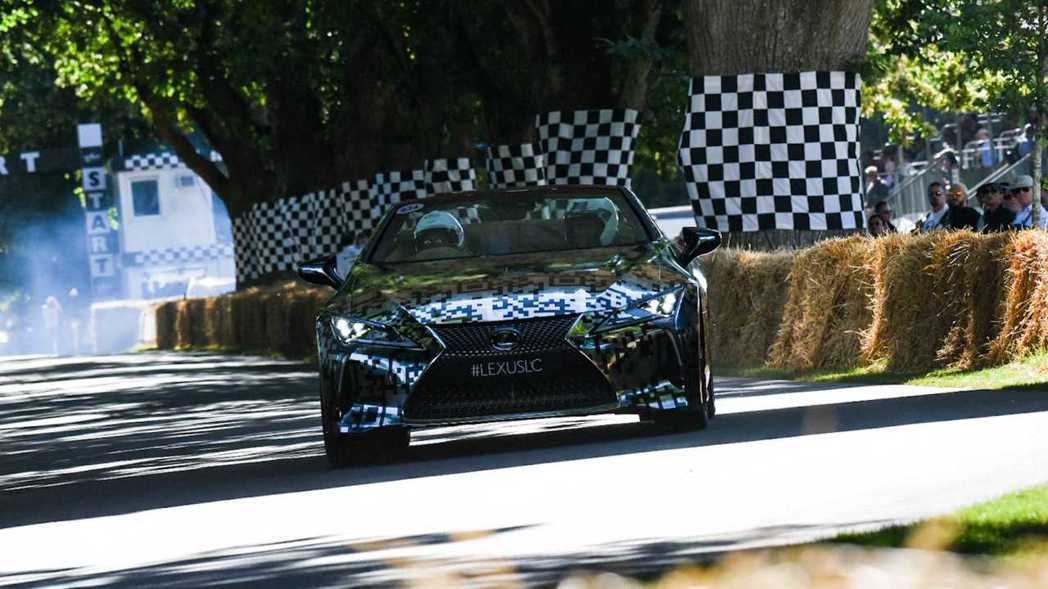 Lexus推出LC Convertible原型車參加古德伍德爬山賽。 摘自Lex...