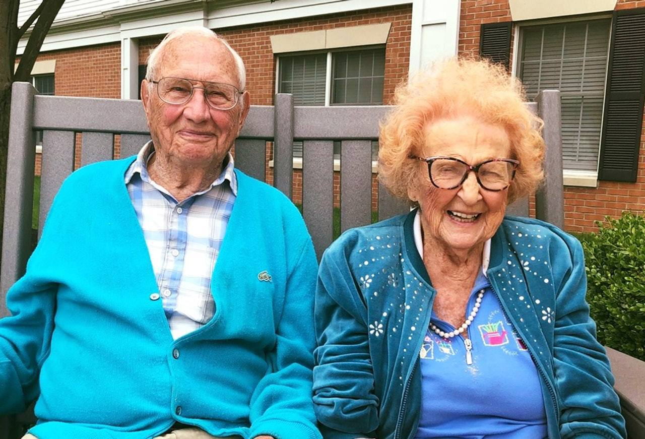 約翰(John Cook)及菲莉絲(Phyllis)分別100及102歲,他們在...
