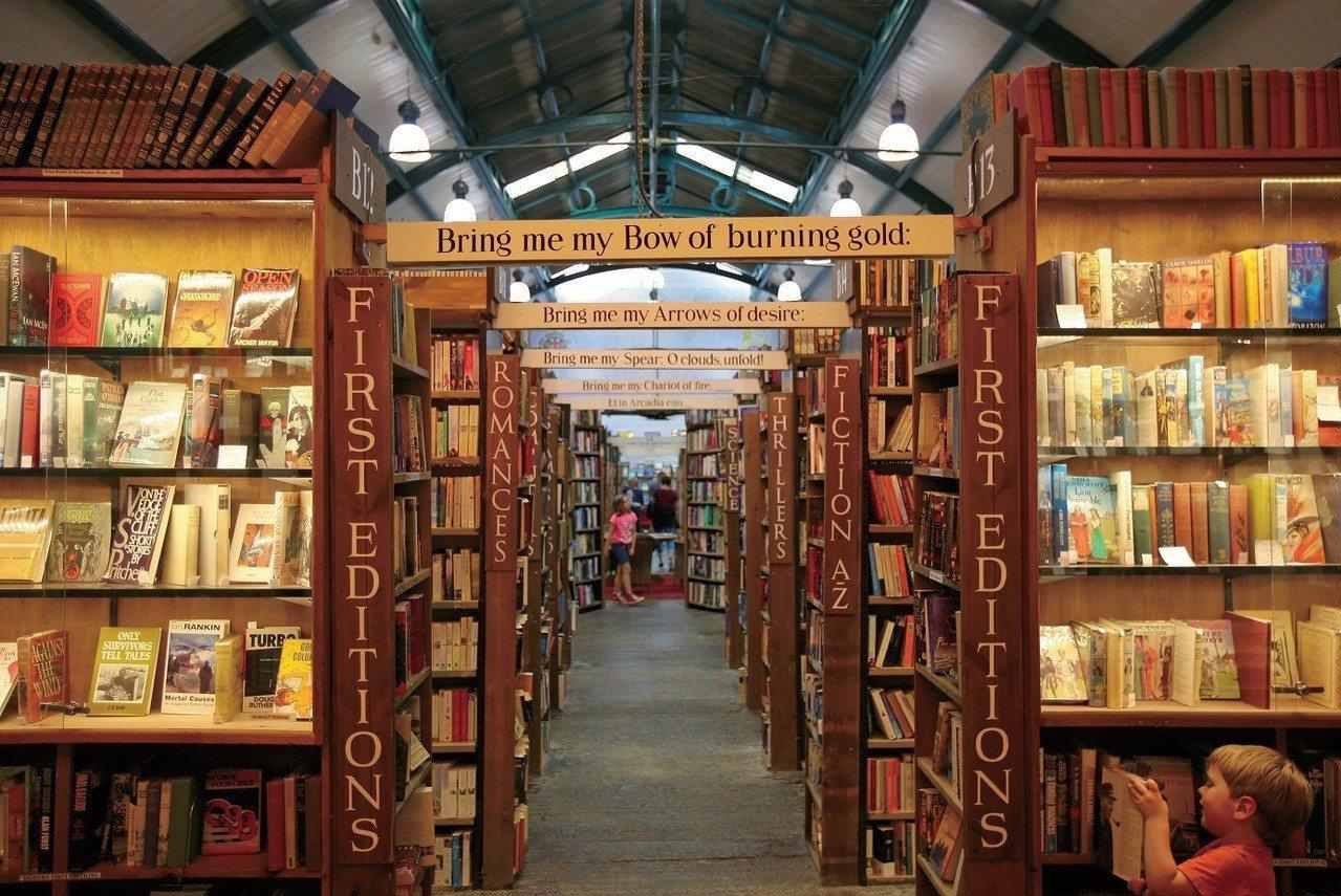 書店內充滿復古色調的書架與走道。(圖/摘自聯經出版《書店旅圖》書中照片)