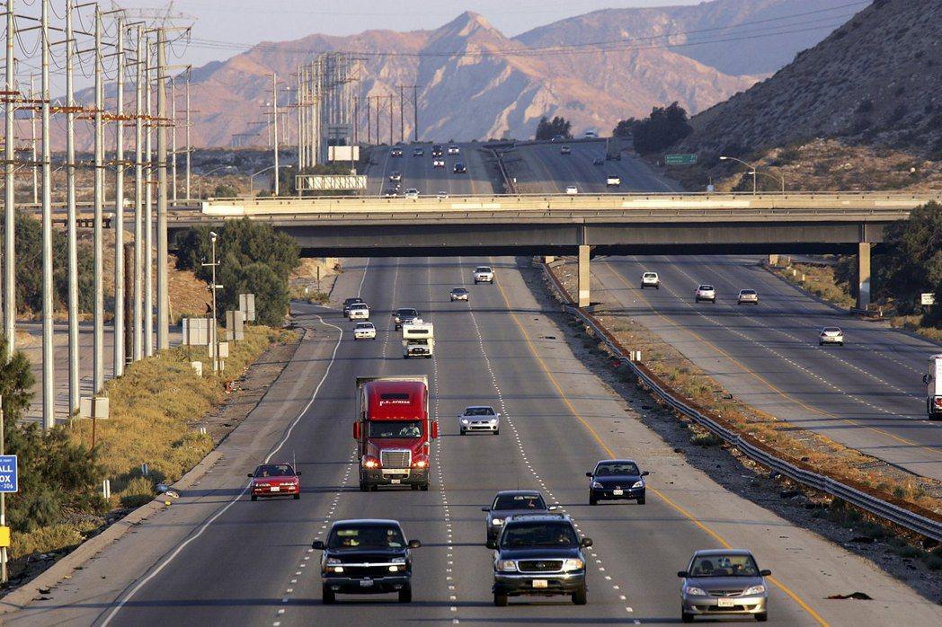 強震過後恐造成道路中斷。圖為位於聖安地列斯斷層附近、往返洛杉磯與亞利桑那州的10...