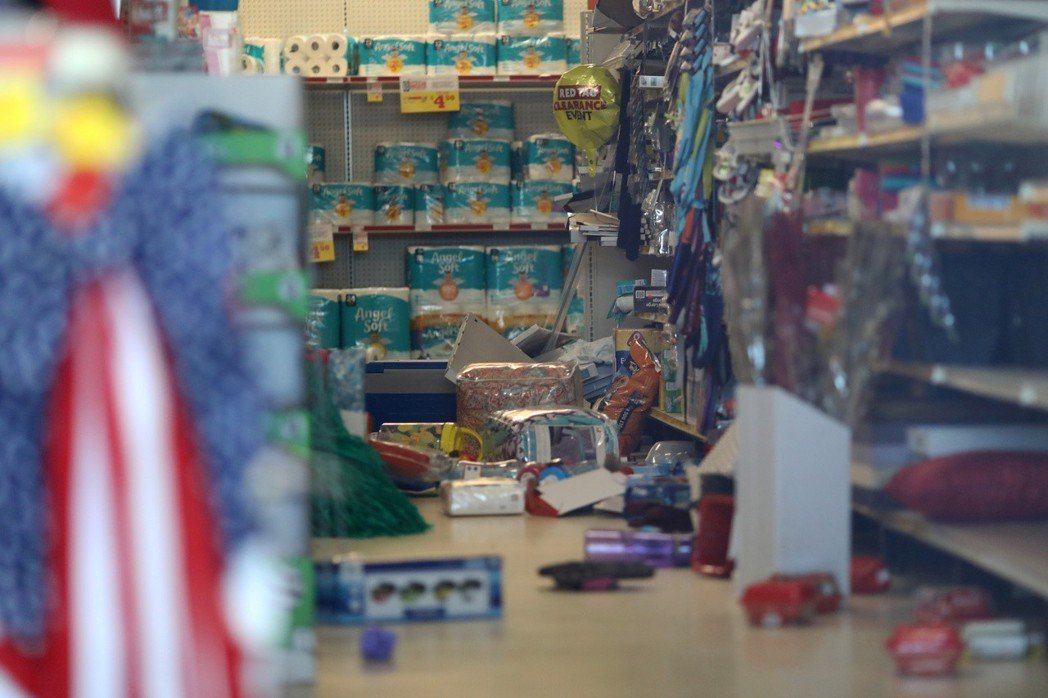 強震導致商店內貨架被震倒,許多商品散亂一地。(路透)