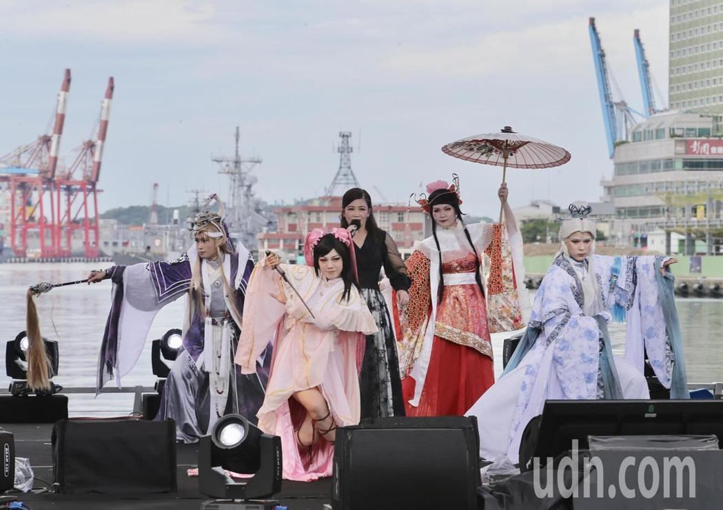 讓黃妃(中)搭配真人布袋戲偶,跨界演出贏得一片好評。記者許正宏/攝影