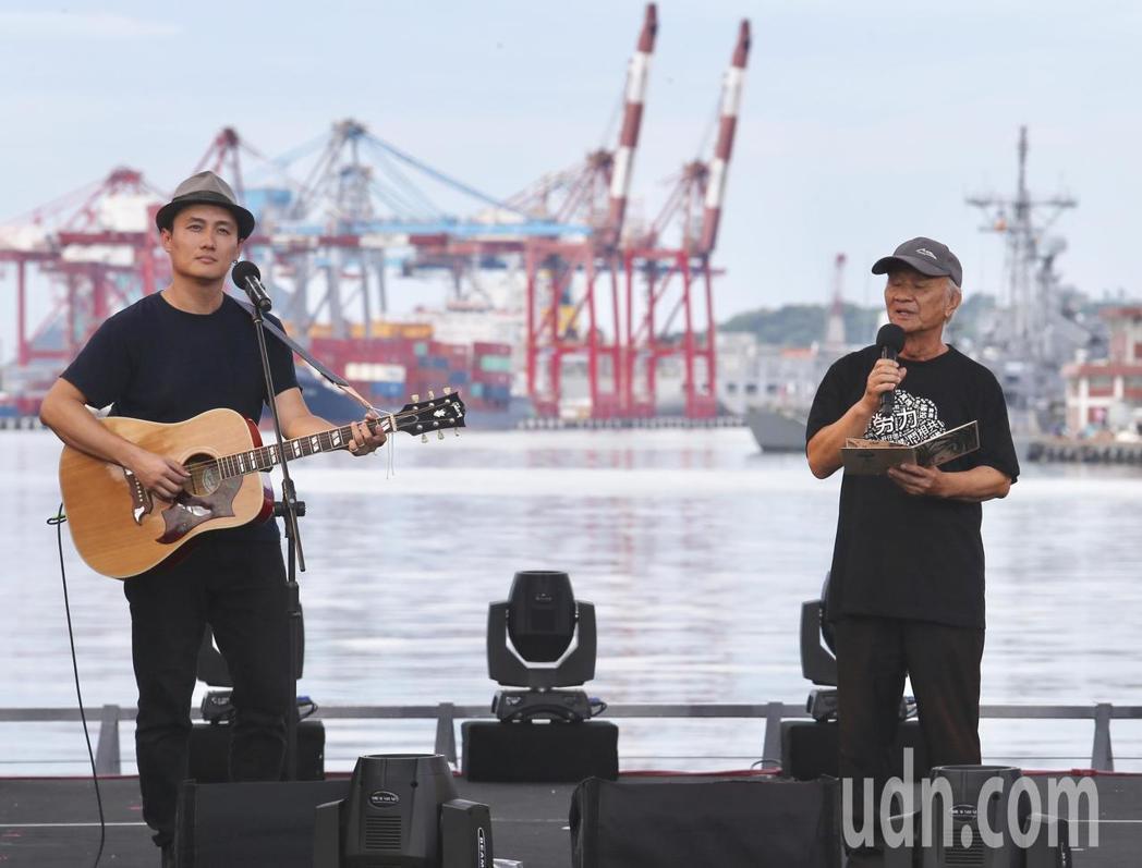詩人吳晟(右)搭配兒子吳志寧(左)的吉他伴奏,將自己的詩化成歌。記者許正宏/攝影