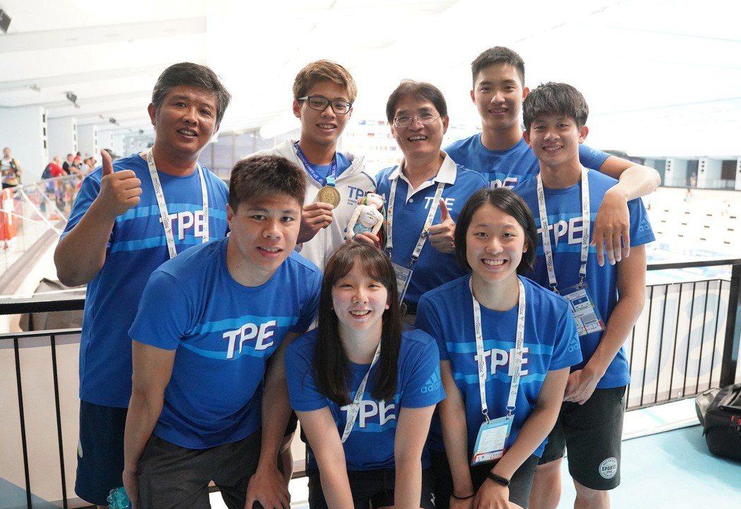 王星皓(後排左二)200公尺混合式摘下台灣首面世大運游泳獎牌,全隊和體育署署長高...