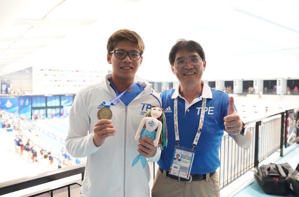 王星皓(左)200公尺混合式摘下台灣首面世大運游泳獎牌,體育署署長高俊雄現場見證...