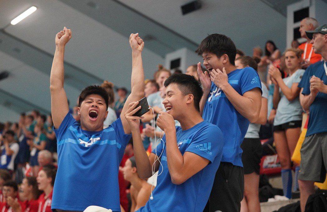 王星皓200公尺混合式拿下銅牌,隊友們欣喜慶祝。圖/大專體總提供