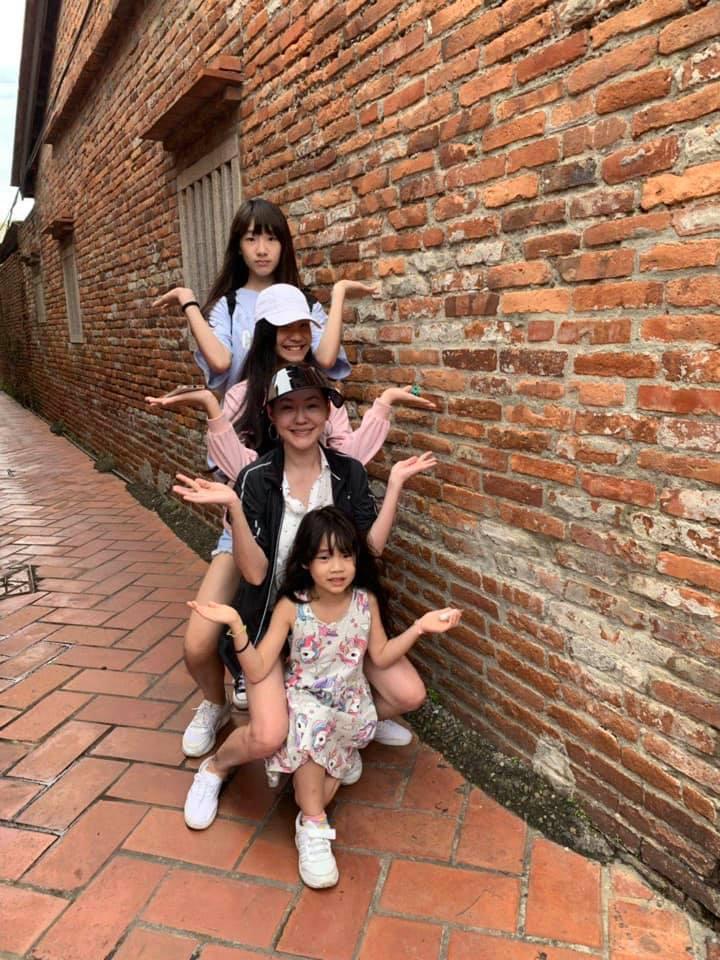藝人小S與三個女兒在鹿港的合照。圖/擷自小S臉書