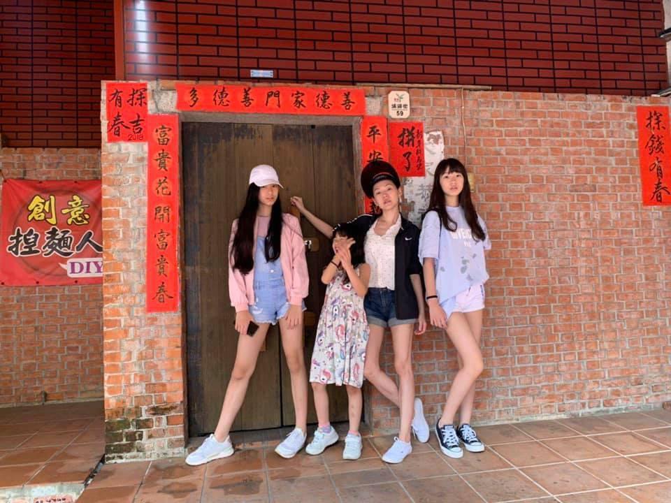 藝人小S與三個女兒在鹿港的合照,露出長腿網友大讚。圖/擷自小S臉書
