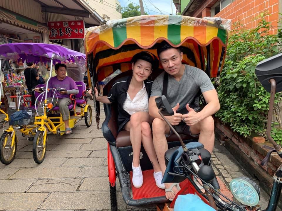 藝人小S與丈夫在鹿港搭三輪車。/擷自小S臉書