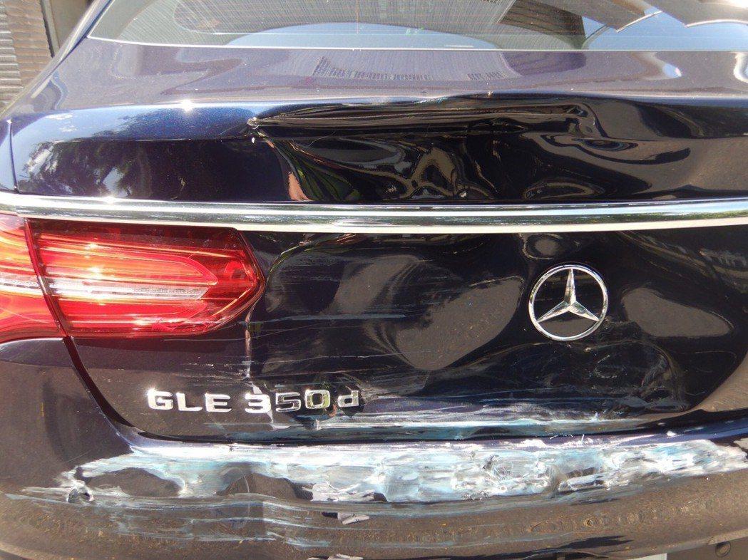 台中市江姓男子上月初駕駛百萬休旅車在東區六順路倒車時,遭一輛貨車撞上,車尾毀損。...