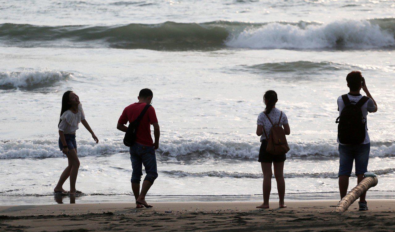 彭啟明說,沿海也受到西南風的影響,風浪偏大,特別是台灣南、北兩端,例如墾丁或北海...