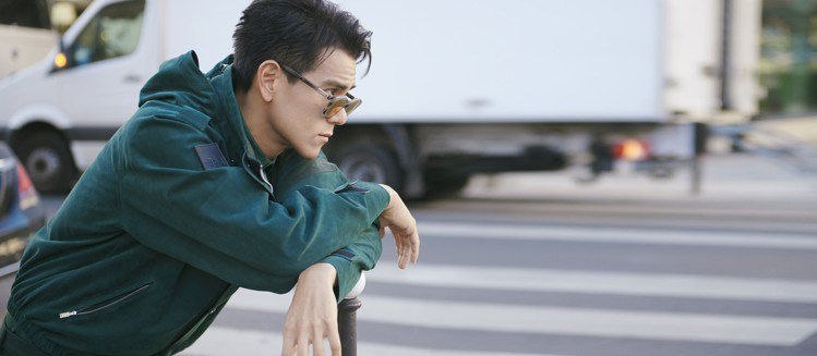 彭于晏詮釋Berluti冬季系列墨綠色麂皮夾克和同色羊毛西服套裝混搭出層次感。圖...
