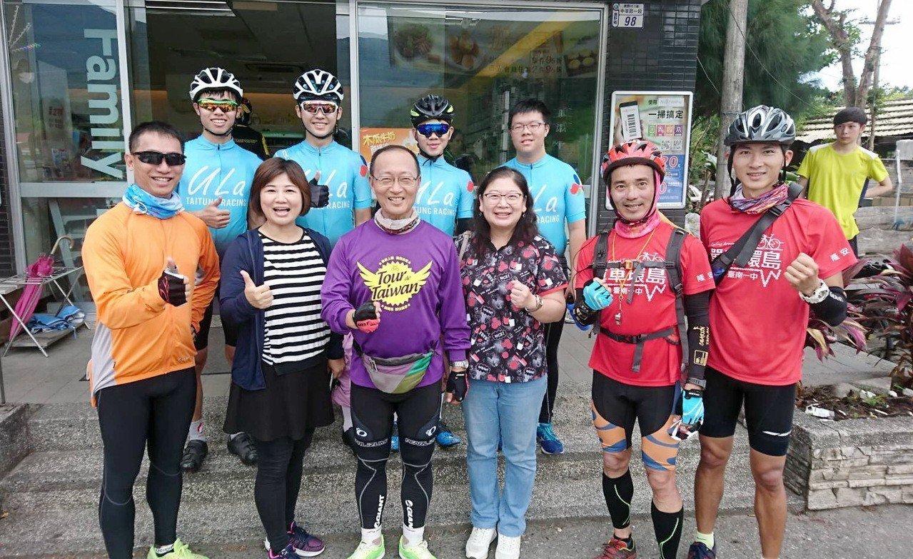 台東高中學生(後排)陪著台南一中師生騎單車到脫線牧場,並在超商前與台南一中校長張...