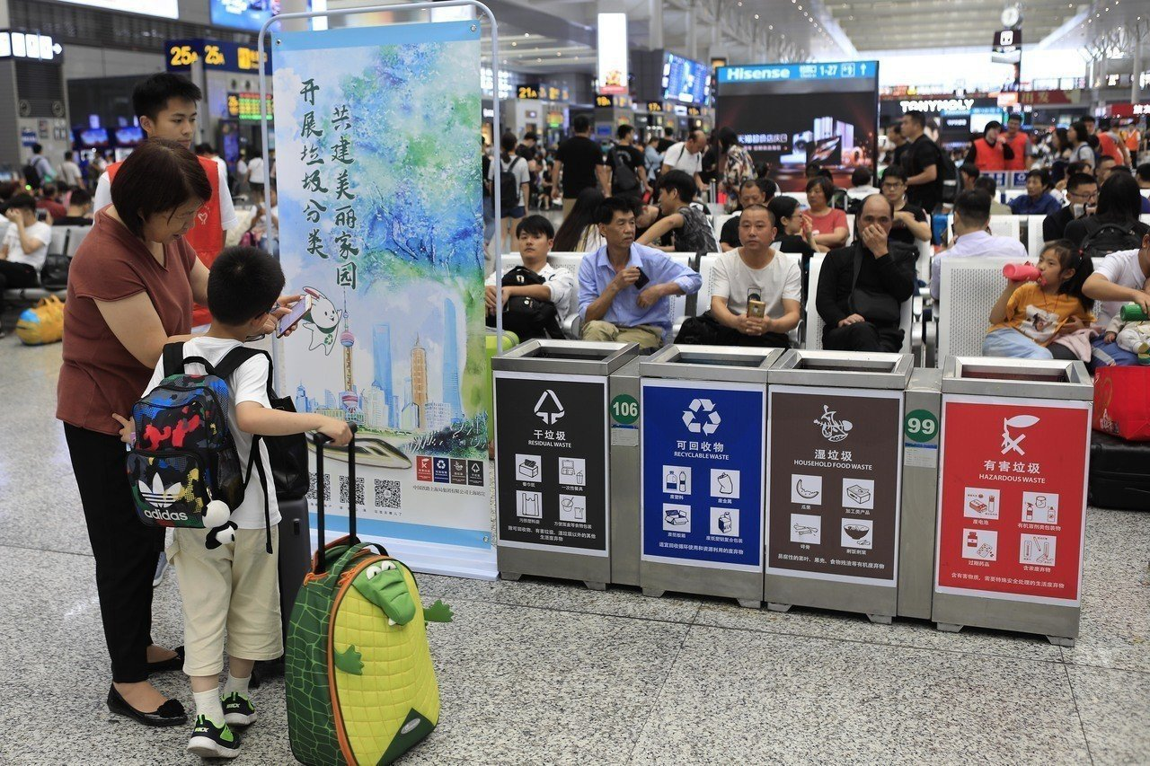 上海各個社區七月開始進行垃圾分類,在網上有垃圾桶賣到斷貨。(新華社資料照片)