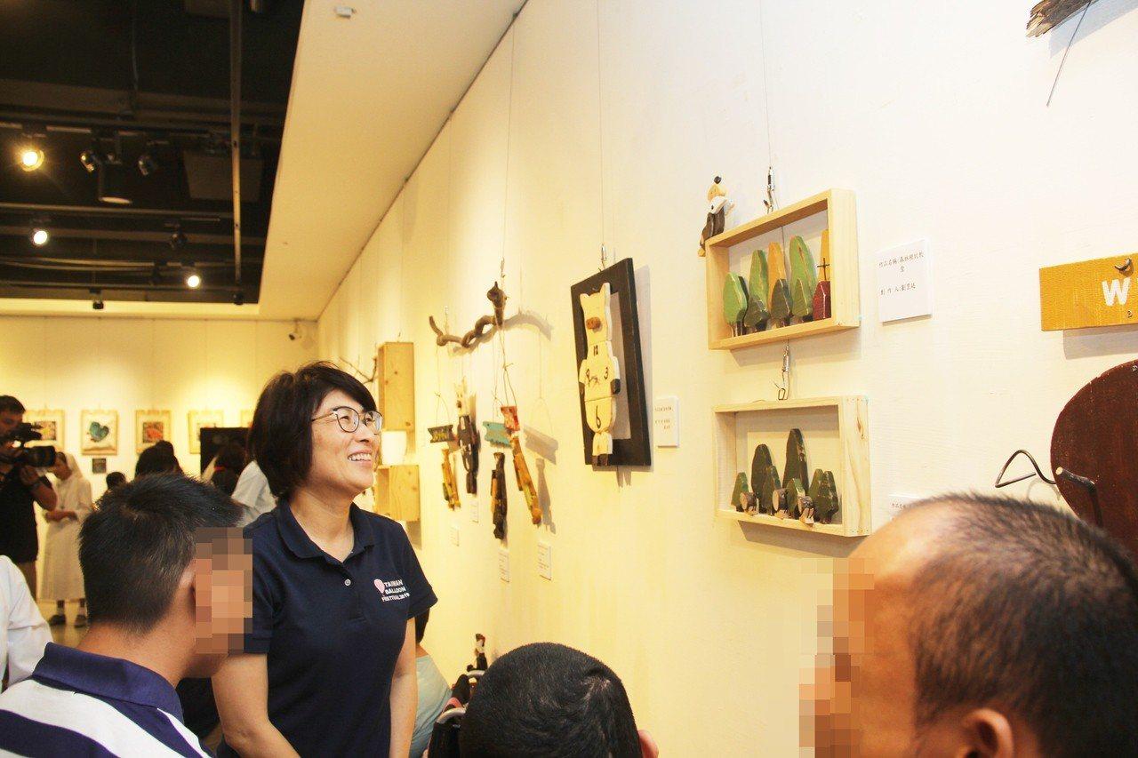 參觀院生彩繪木工展 饒慶鈴感動買下9件星星作品