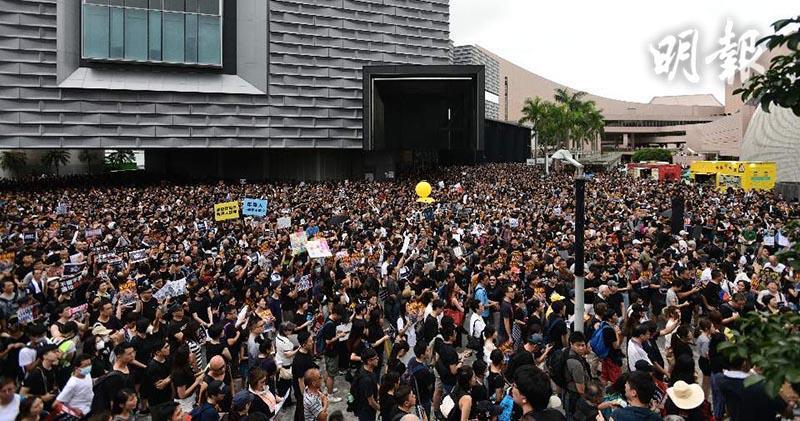 九龍大遊行隊伍起步,參與者高呼「釋放被捕者、立即雙普選」。取自香港明報