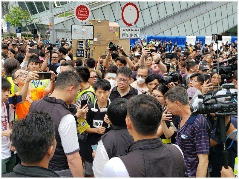 示威者要求警員出示委任證,雙方僵持不下。取自星島網