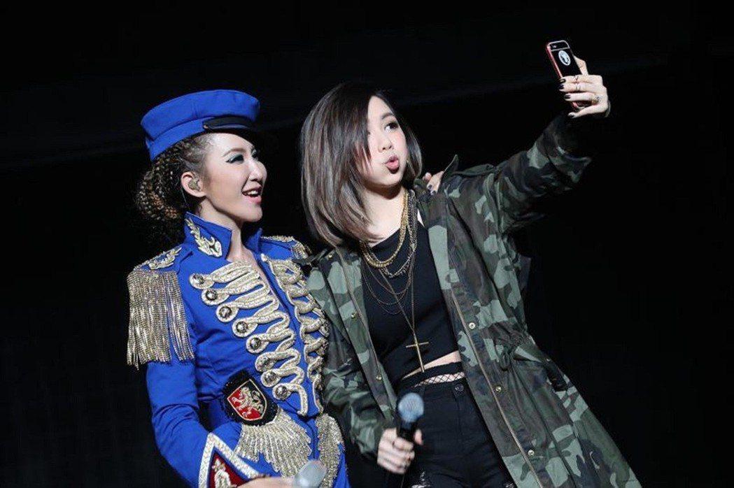 李玟(左)稱鄧紫棋為妹妹。圖/理響音樂提供