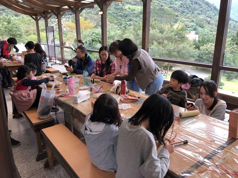 「木之森手作體驗活動」過程可促進親子情感交流,激發民眾獨特創作力。圖/花蓮林管處提供
