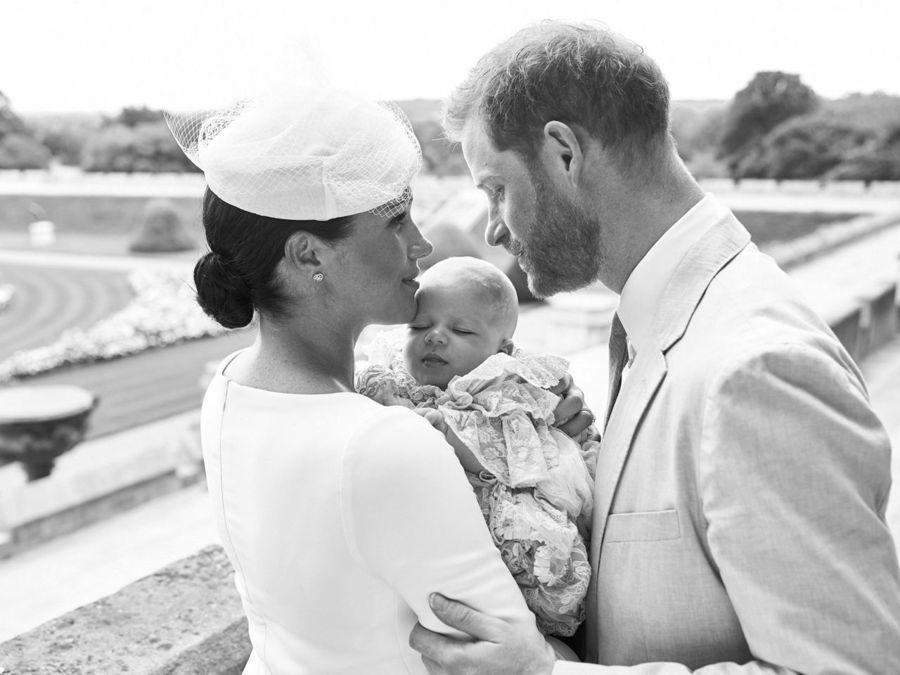 哈利王子、梅根馬克爾與兒子亞契的官方全家福照公開。歐新社