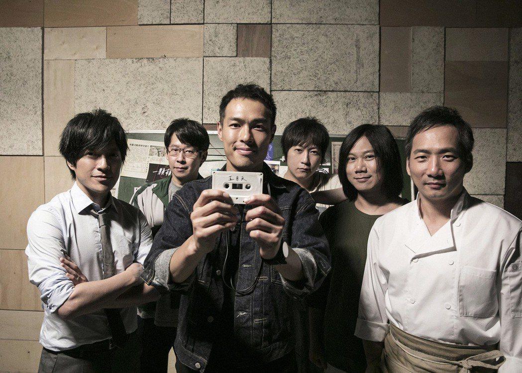 楊祐寧(前)在「瘋狂世界」MV中綁架五月天。圖/相信提供