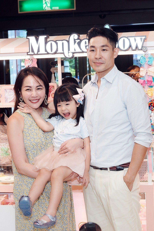 藍鈞天和老婆Fiona帶著3 歲女兒Riley Blair出席自創品牌活動。圖/...