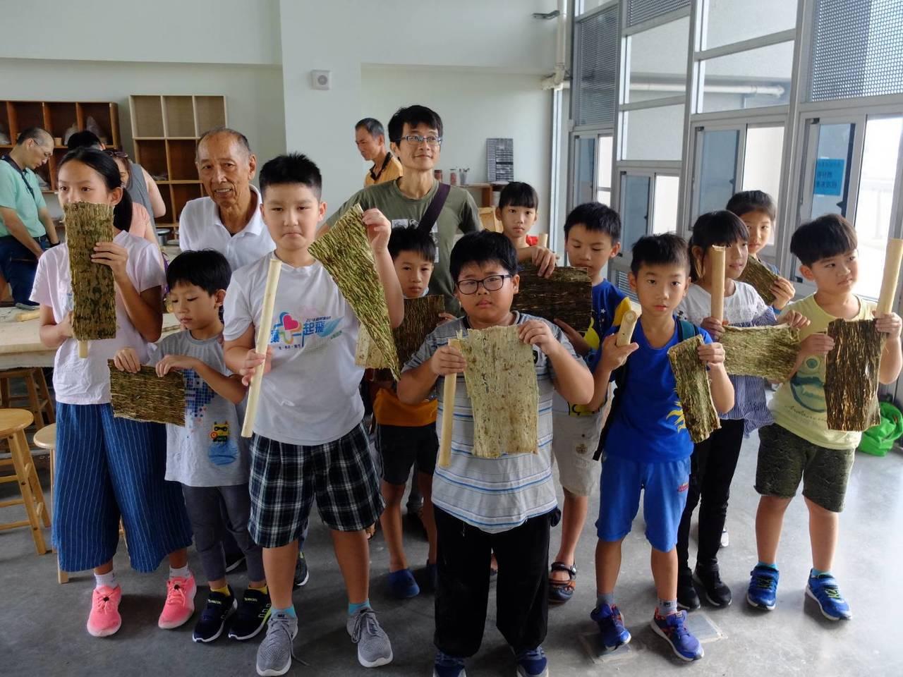 台江夏季學校手作構樹皮 學員都是初體驗大呼過癮